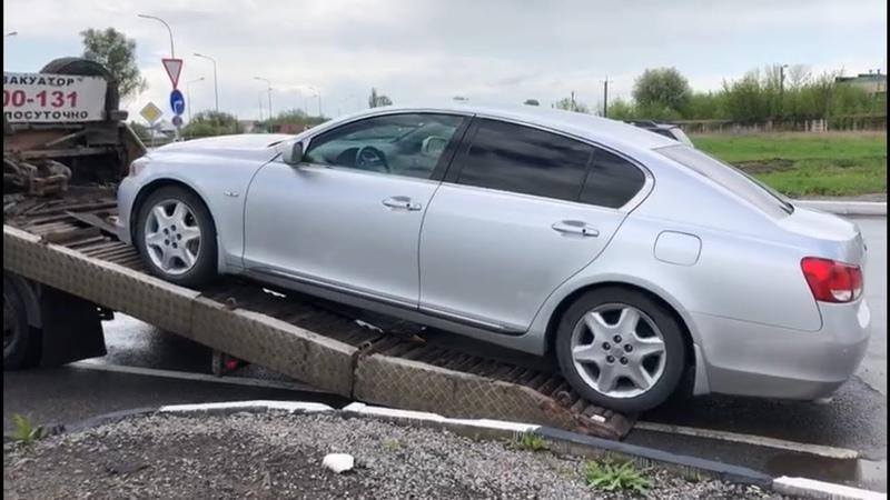 Лексус тоже ломается. Lexus GS 300 внезапно стал недвижимостью и уехал на эвакуаторе.