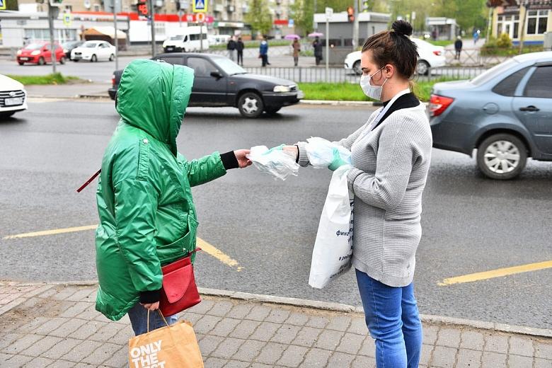 На ярославских остановках бесплатно раздавали защитные маски