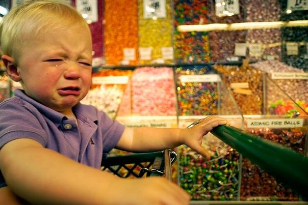 ЖЕЛЕЗНАЯ ВЫДЕРЖКА Женщина стояла в очереди в супермаркете после дедушки с непослушным внуком. Руки мальчика были полны конфет, батончиков и прочих сладостей. Но он продолжал кричать и вертеться