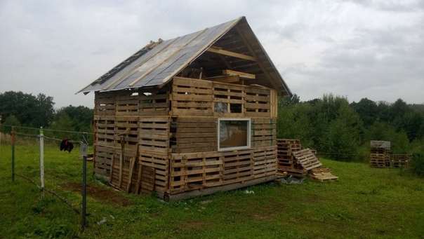 Садовый домик из поддонов (источник: gofazenda)