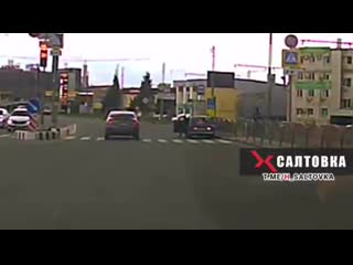 Посмотрите, как в Харькове мужчина догнал и остановил авто, водитель которого потерял сознание.