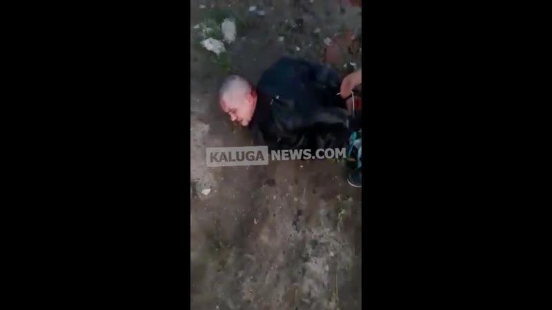 Сумасшедший американец с лопатой разбил машину в Калуге
