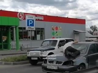 Пьяный водитель и пассажир на капоте. Нижний Новгород