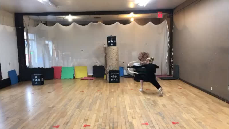 Первая тренировка стрельбы из лука в роли Мии Смоук Куин Для проекта Стрела