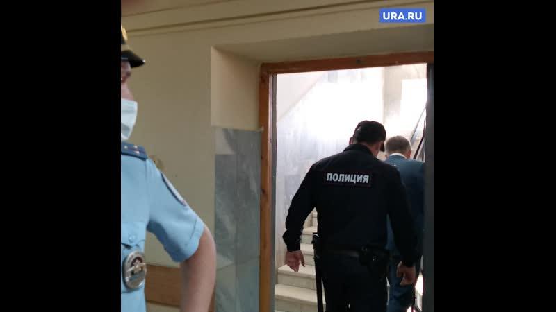 Осужденных в наручниках отправили в СИЗО
