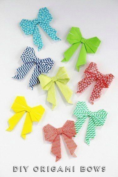 Бантик - оригами Оригами бантики отлично подойдут для украшения подарка. И даже клея не понадобится!1. Возьмите лист бумаги для оригами и положите рисунком вниз.2. Сложите пополам рисунком