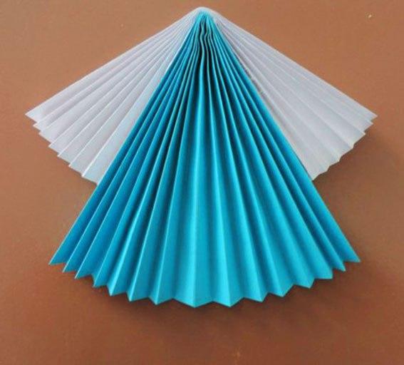 Поделка из бумаги: «РУССКИЕ КРАСАВИЦЫ» Материалы: цветная бумага готовые глазки клей фигурный дырокол стразы шаблоны из картона Ход работы: 01. Сложить «гармошкой» лист (А4) голубого цвета. 02.