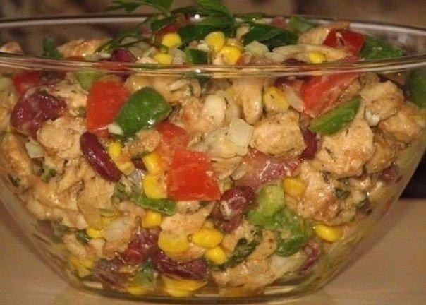Салат без майонеза ...пальчики оближешь:)Ингредиенты:- 2 куриных филе- 1 банка консервированной кукурузы- 1 банка консервированной красной фасоли- средний зеленый перец- 2 средних помидора- 1