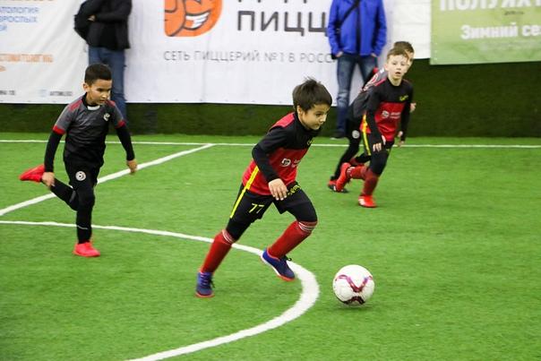 Нападающим в футболе называют игрока линии атаки, который находится ближе остальных к чужим воротам и нацелен на гол.