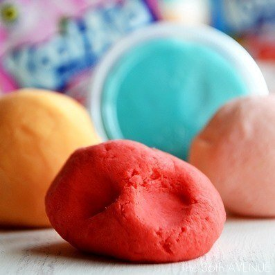 ДОМАШНИЙ ПЛАСТИЛИН Эта масса для лепки по своей эластичности не уступает фирменному пластилину Play Dough. Можно сказать, что это пластилин Play Dough своими руками! Оно мягкое и совсем не