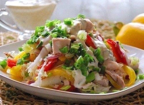 Салат с куриным филе Радуга Обязательно попробуйте этот вкусный и низкокалорийный салатик.Ингредиенты:300 г отварного куриного филе2 красные луковицы1 красный перец1 желтый перецпучок зеленого
