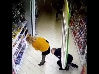 Мужчина ищет потерянный телефон