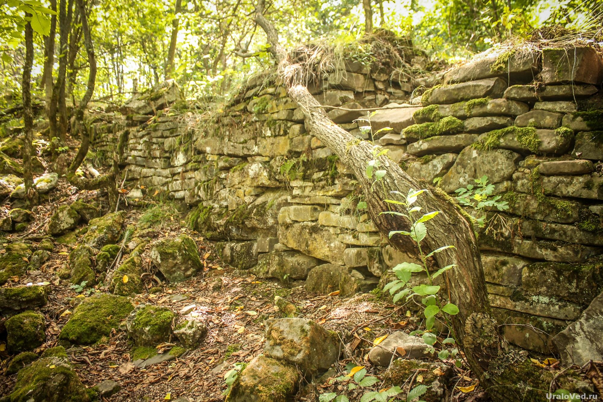 Каменная кладка около водопада Кук-Караук