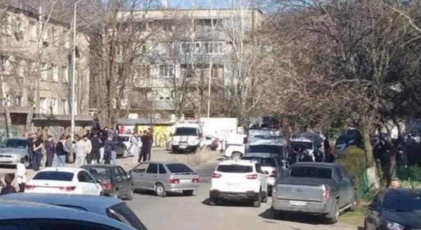 Вчера в Пятигорске мyжчина взял в заложники свою сестру и ее детей На место случившегося выехал губернатор и оперативная группа, которые начали переговоры со злоумышленником. Он потребовал