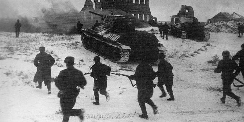Советские солдаты атакуют при поддержке танков Т-34 в районе города Калач, ноябрь 1942 года
