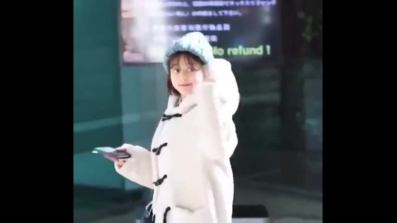 OKAY GOOD MORNING LETS TALK ABOUT JIHYO AND HOW SMOL SHE LOOKS WITH THAT FLUFFY COAT AND THE KNITTED HAT SHE LOOKS SO FREAKING S