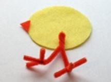 Поделка цыпленок Простая поделка цыплят, которую можно сделать из ткани и синельной проволоки. Вместо ткани можно использовать и картон.Используя шаблон, вырезаем из войлочной ткани по две
