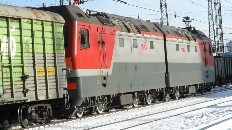 Грузовой поезд в зимний солнечный день электровоз 2ЭС6 463