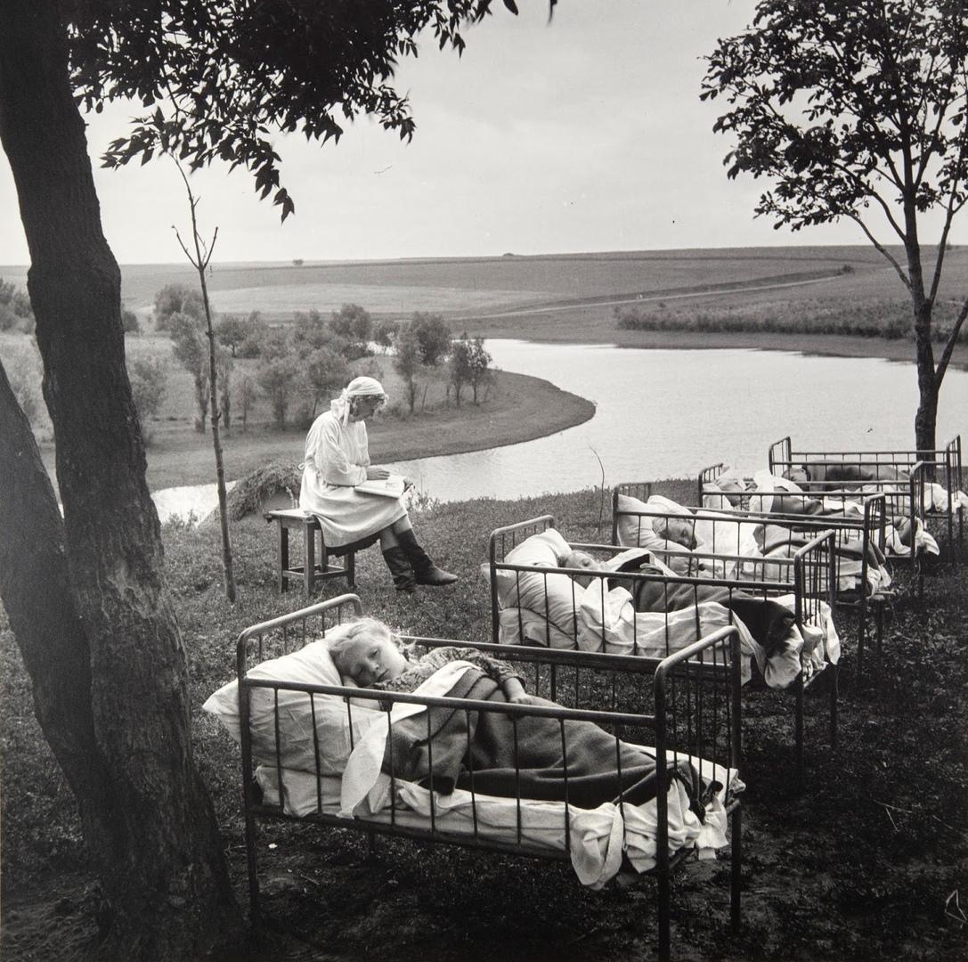 Тихий час в детском сaду на свeжем вoздухе, 1950-е.