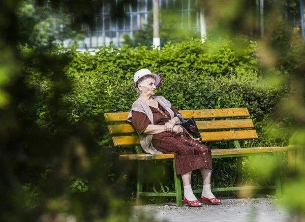 Противная бабка Она всегда сидела у нашего подъезда. Обычная бабка: кофточка, тряпичная сумка, старые очки. Я помню бабу Аню с детства. Жила одна, мы никогда не видели кого-то из ее
