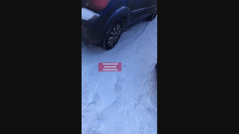 Неизвестный автоманьяк проколол колеса 30 автомобилям Типичный Нижний Новгород