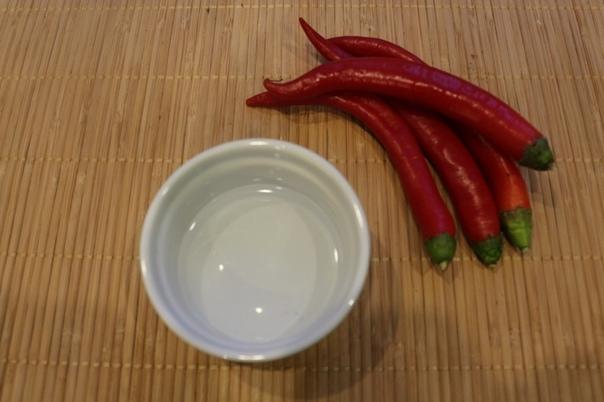 Сладкий соус чили Ингредиенты перец (чили свежий) 4 шт. чеснок (зубчики) 2 шт. уксус (рисовый) 50 мл вода 200 мл сахар 80 г соль (0,5 ст.л.) или по вкусукрахмал (кукурузный) 1 ст.л. Процесс