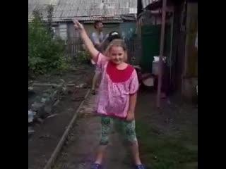 Омская третьеклассница стала звездой соцсетей с танцем в огороде