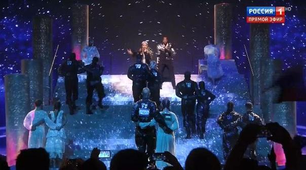 Мадонна устроила политическую акцию на своем выступлении на Евровидении. Повесила флаги стран на спину танцорам.На репетиции этого не