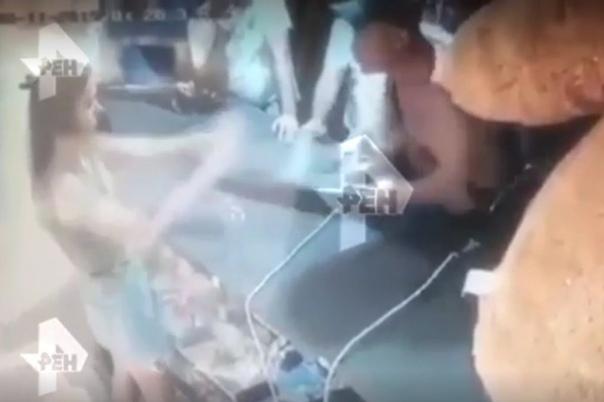 Пьяный мужчина разбил россиянке лицо винтовкой В одном из тиров Анапы посетитель швырнул винтовку в голову работницы заведения. Инцидент произошел 11 августа. Компания пьяных мужчин зашла в тир,