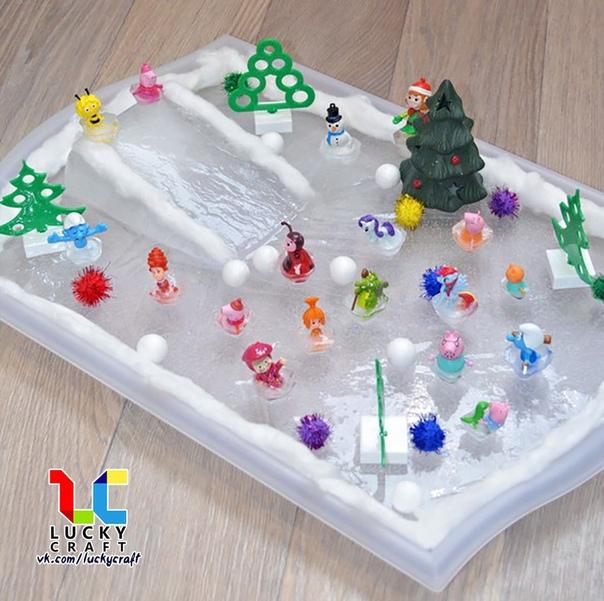 Сенсорная игра: Каток Любому ребенку придется по душе идея сделать вот такой каток для маленьких игрушек. Для этого надо заморозить воду в большом контейнере. Игрушки небольшого размера следует