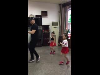 Прекрасное трио, папа танцует с дочками! ))