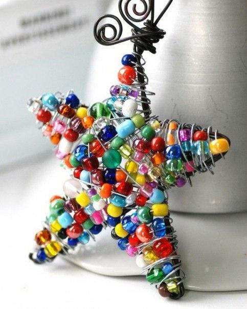 ДЕЛАЕМ САМИ ЁЛОЧНЫЕ ИГРУШКИ Возьмите толстую медную проволоку и сделайте каркас для будущей новогодней поделки игрушки, например, в форме звезды. На гибкую алюминиевую проволоку наденьте много