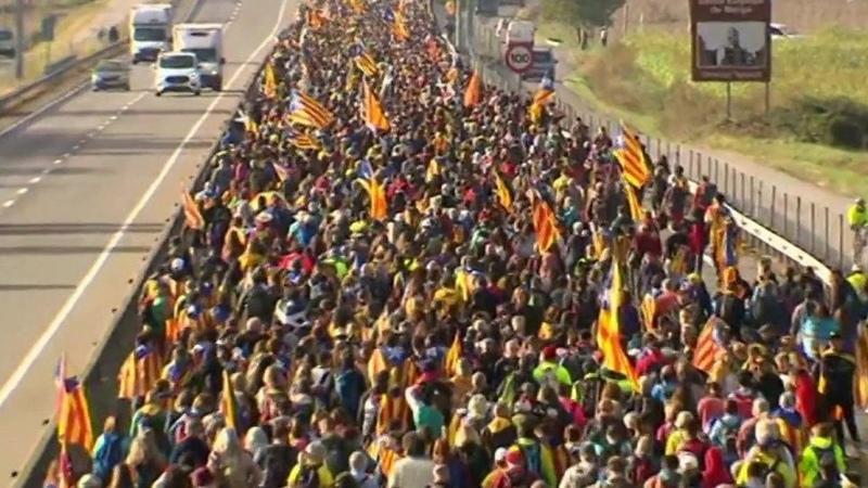 Протестующие стягиваются кБарселоне, чтобы принять участие вовсеобщей забастовке 18 октября. Новости. Первый канал