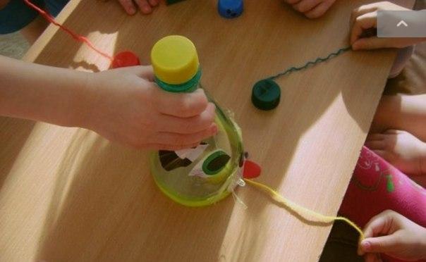 ИГРА ШУСТРЫЕ МЫШАТА Вот такую на первый взгляд простую, но веселую игру можно сделать своими руками из подручных материалов. Игра развивает ловкость и реакцию. Чей мышонок окажется самым