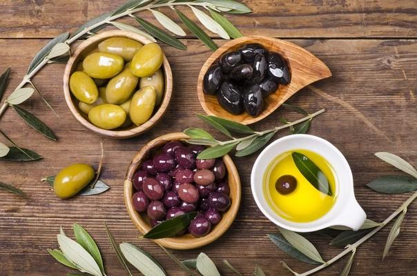 ПОЛЬЗА ОЛИВОК Уже три тысячи лет люди не только с удовольствием едят маслины, но и успешно лечатся ими. Например, лучшая профилактика язвенной болезни дюжина оливок до еды. Можете смело