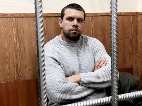 Иногда и такое бывает. На фото бывший полицейский Денис Коновалов, который сознался в том, что подбросил наркотики Ивану Голунову. И да, его освободили из под стражи в здании суда и он сидит под