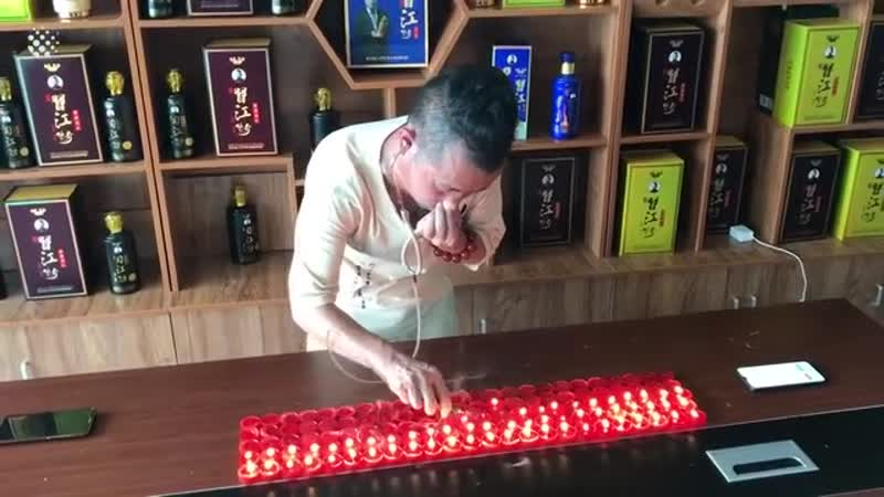 Китаец тушит свечи ушами