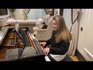 Дочь Алсу Микелла поет и играет на рояле