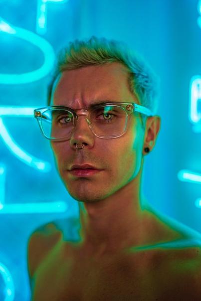 Ян Топлес, видеоблогер