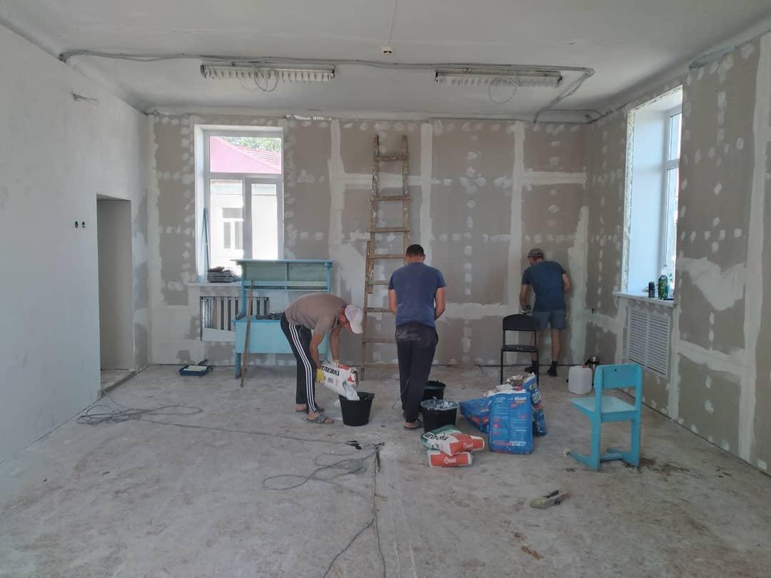 В школе №1 города Петровска продолжается ремонт кабинетов, предназначенных для Центра «Точка роста»