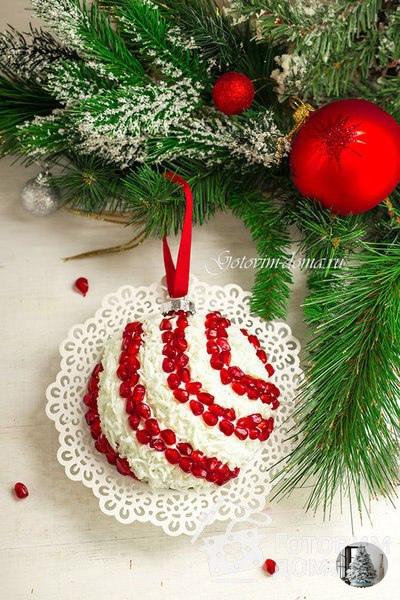 Салaт Новогодний шар ИНГРЕДИЕНТЫ: ветчина 200 г яблоко (кислое, например, сорт грэнни) 1 шт яйца 4 шт сыр (типа российского) 100 г грецкие орехи горсть чеснок 2 зубчика гранат (для украшения)