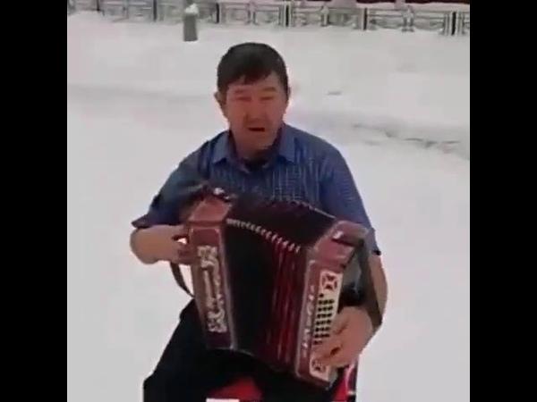 Татарские мужики не боятся морозов Классно играет на гармошке и поет песню на татарском языке