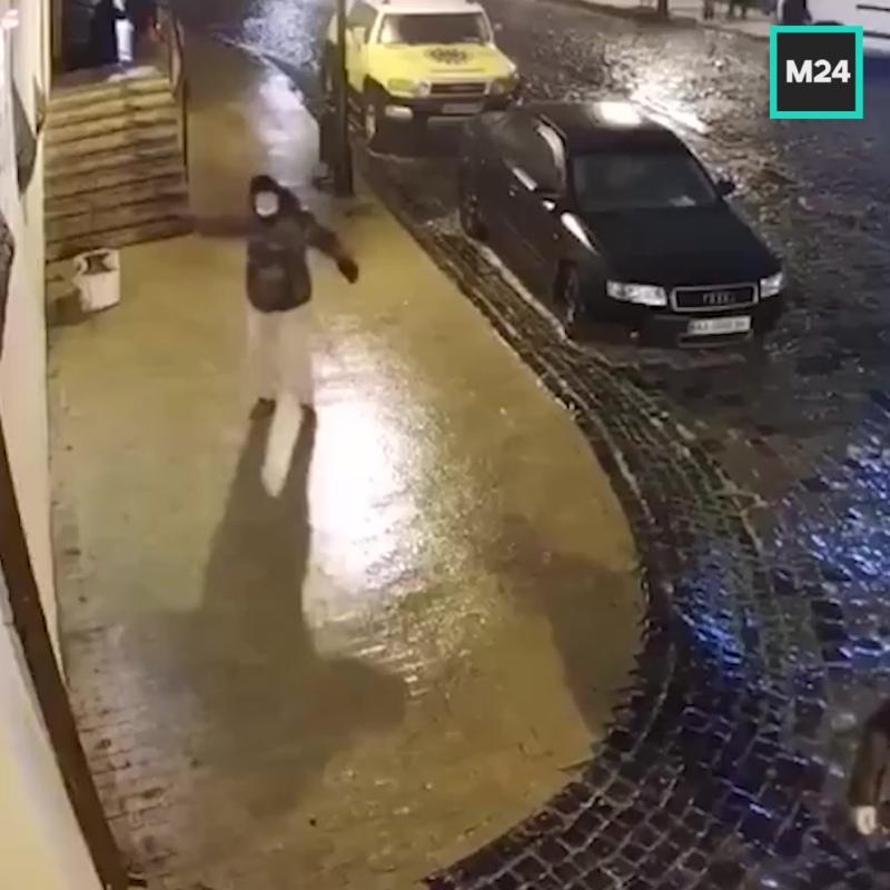 Школьница борется с гололёдом на Андреевском спуске в Киеве — Москва 24