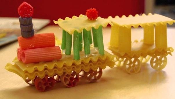 Поделки из макаронных изделий - просто и очень оригинально! Для изготовления поделки из макарон нужны: Макароны колесики, бантики, ракушки, спиральки, перышки Шпажки Булавки портновские 6 штук