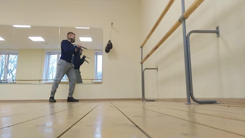 Тренировка с ножами и ногами Больше опасался за зеркало поэтому движения медлинные=