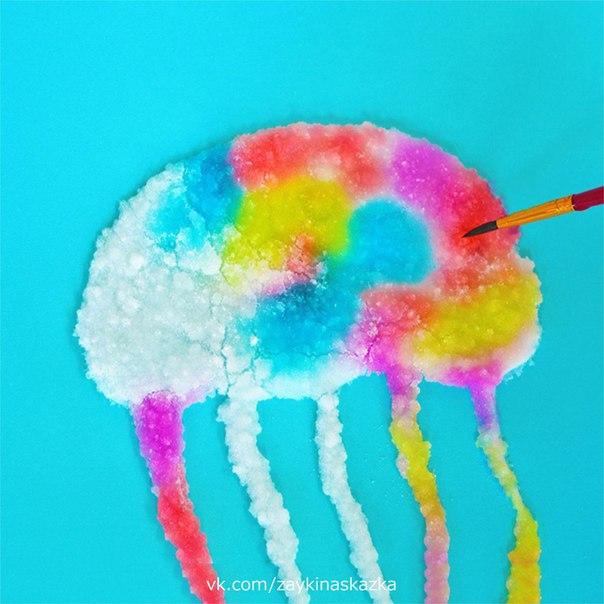 РИСУЕМ СОЛЬЮ Рисование солью и акварельными красками вид творчества, основанный на способности соли впитывать в себя краски.Для работы понадобятся:солькартонклей ПВА в бутылочке с узким
