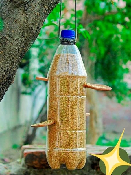 Кормушка понадобится:литровая пластиковая бутылка, две деревянные ложки, канцелярский ножик, маркер, верёвка, птичий корм.ход работыОтступите 7 см от горлышка бутылки и наметьте маркером место