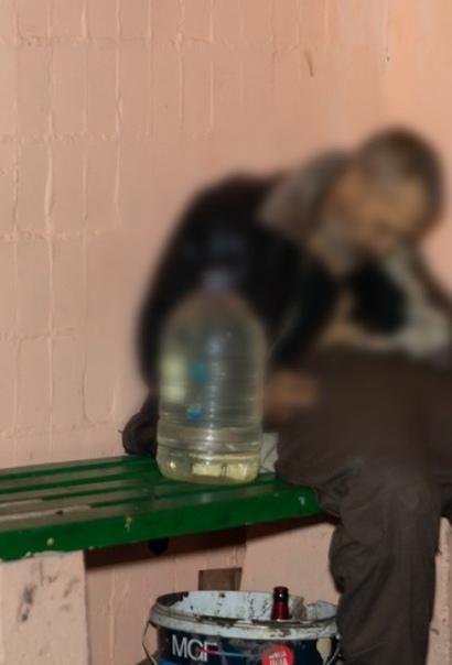 В Днепре мужчина вышел из многоэтажки и увидел на скамейке своего бывшего соседа Тот сидел без движения и ни на что не реагировал. Оказалось, что он мёртв. Как выяснила полиция, погибший раньше