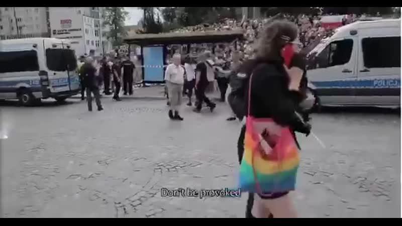 В Польше люди напротив собрались на анти ЛГБТ парад