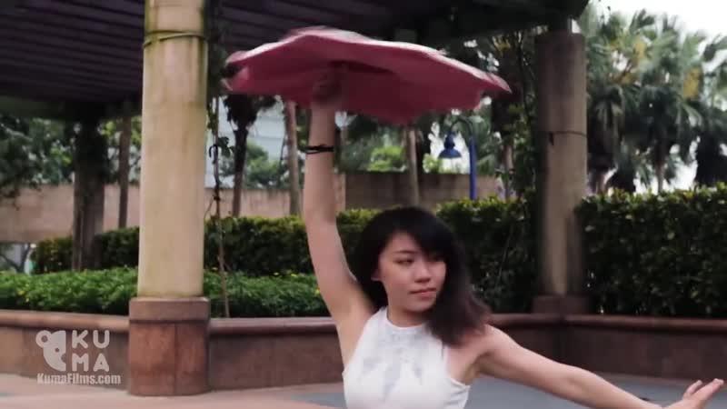 Девушка вытворяет нереальные вещи своими ногами